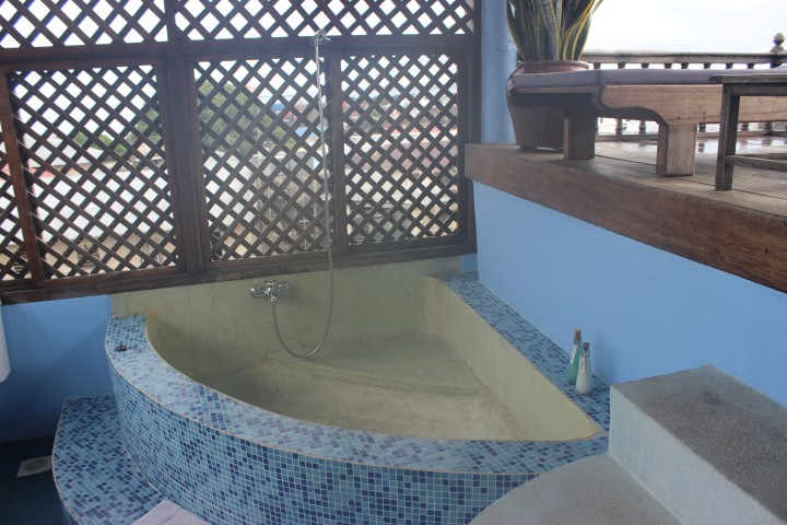 A huge bathtub. I used it the first night and plan to use it again before I check out.